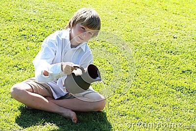 Het pooring water van de jongen van een waterkruik