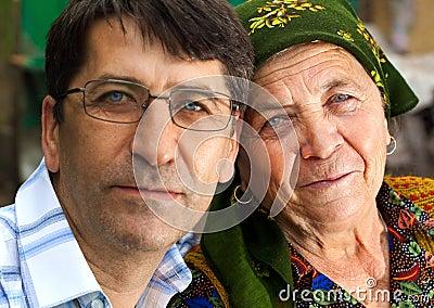 Het portret van de familie - rijpe zoon en grootmoeder