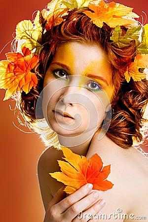 Het portret van de herfst van een vrouwelijk model