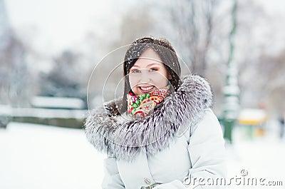 Het portret van de winter van een mooi meisje