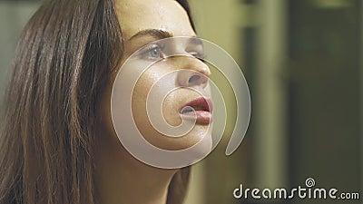 Het portret van een nat jonge vrouw die haar handen aan de hitte waait Langzame beweging stock videobeelden