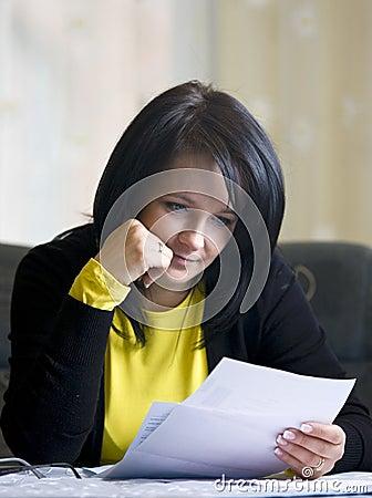 Het positief van de vrouw over haar rekeningen