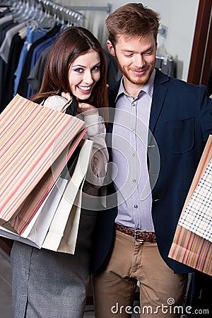 Het positieve paar is in de winkel