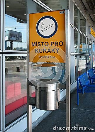 Het roken gebied bij de luchthaven in Praag
