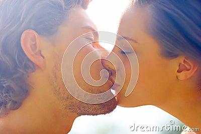 Het romantische jonge paar kussen met gesloten ogen