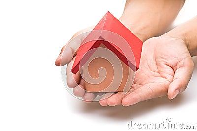 Het rood roofed huis in menselijke hand
