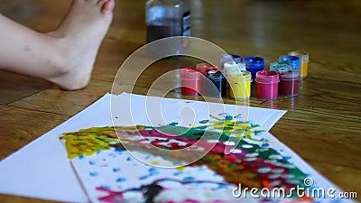 Het schilderen activiteiten voor jonge geitjeskinderen die van de vingerverven van waterverfactiviteiten Art. van de verfjonge ge stock video