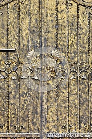 Het schilderen deur in gouden kleur