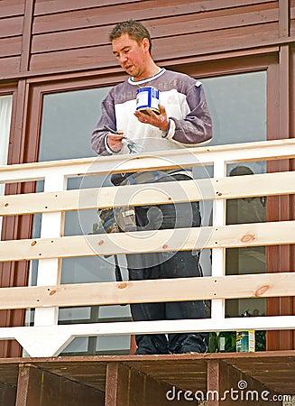 Het schilderen van nieuw balkon op een modern huis.
