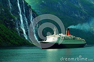 Het schip & de waterval van de cruise