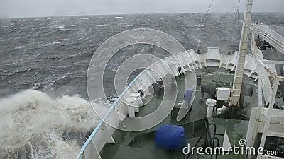 Het schip is op zee in een onweer stock footage