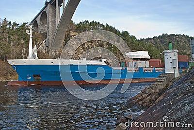 Het schip van de container onder svinesundbrug, beeld 2