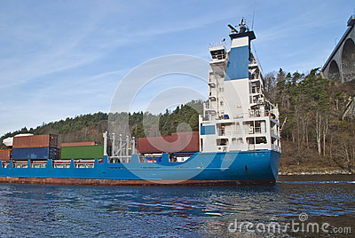 Het schip van de container onder svinesundbrug, beeld 6