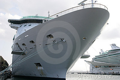 Het Schip van de cruise bij Dok