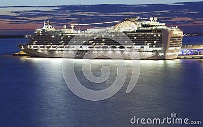 Het schip van de cruise bij nacht