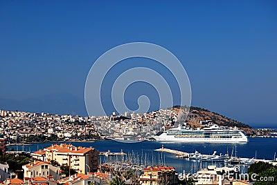Het schip van de cruise in haven