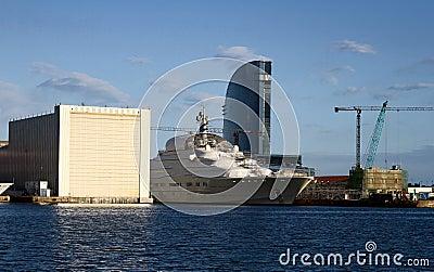 Het schip van de cruise in scheepswerf