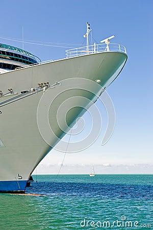Het schipboog en overzees van de cruise