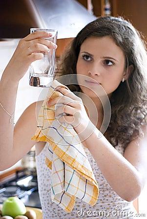 Het schoonmakende glaswerk van de vrouw