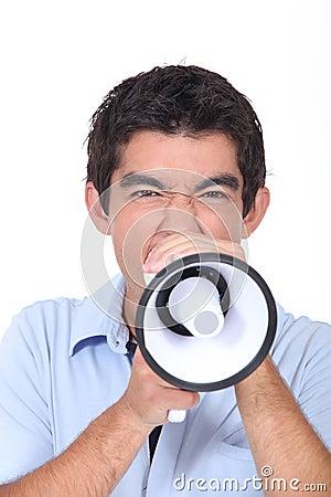 Het schreeuwen in luide spreker