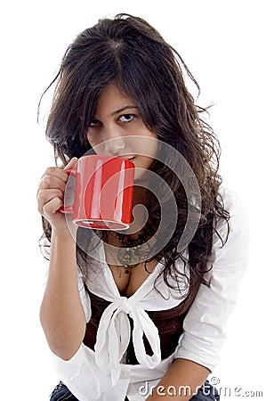 Het sexy tiener stellen met koffiemok