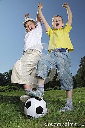 Het spel van de jongen in voetbal