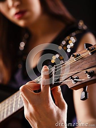 Het spelen akoestische gitaar