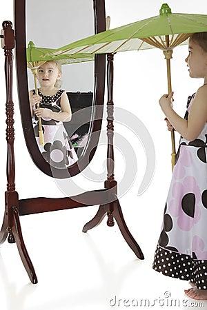 Het spelen kleding-omhoog met een Spiegel