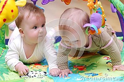 Het spelen van babys