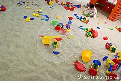 Het spelen van de baby in het zand