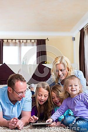 Het spelen van de familie met de computer van de Tablet thuis