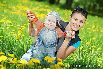 Het spelen van de moeder met kindjongen