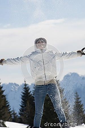 Het spelen van de vrouw met sneeuw