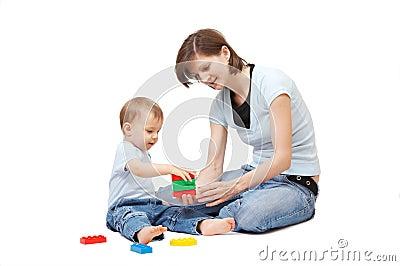 Het spelen van de zoon met moeder