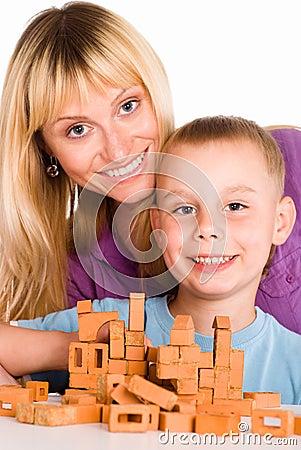 Het spelen van het mamma en van de zoon