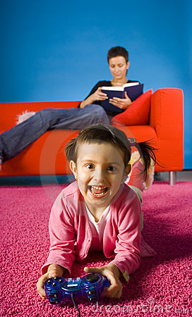 Het spelen van het meisje met computerspel