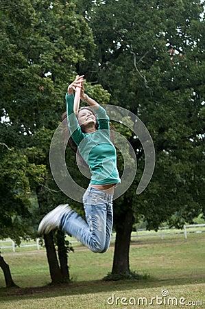 Het springen om een frisbee te vangen