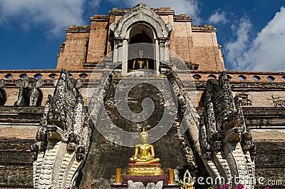 Het standbeeld van Boedha, Wat Chedi Luang
