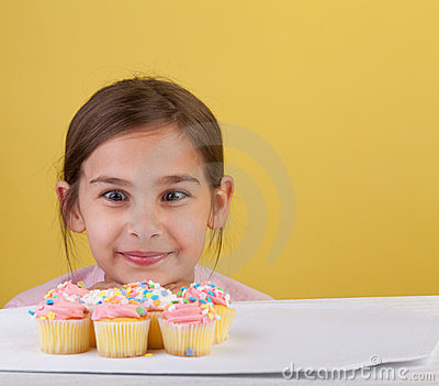 Het staren dwars eyed bij een cupcake
