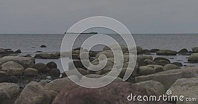 Het steenachtige vrachtschip van de Oostzeekust drijft op de horizon in bewolkt de herfstweer stock footage