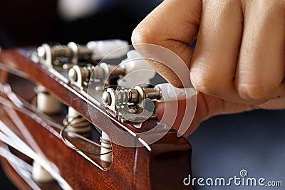Het stemmen van de gitaar