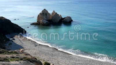 Het strand van de Aphrodite` s Rots - de geboorteplaats van Aphrodite ` s dichtbij Paphos-Stad stock footage