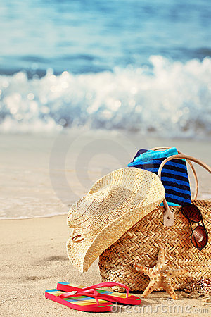 Het strandzak van de zomer op zandig strand