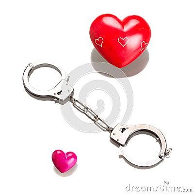 Het symbool van de liefde in geïsoleerd handcuffs