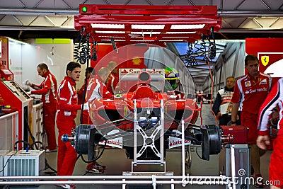 Het Team dat van Ferrari de auto van Felipe voorbereidt Massaâs Redactionele Fotografie