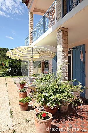 Het terras en het balkon van het huis stock foto 39 s afbeelding 10577003 - Terras van huis ...