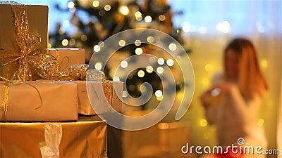 Het thema van Kerstmis Stelt voor, steekt, boom aan, opent de jonge vrouw giften stock videobeelden