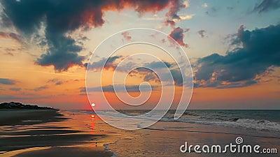 Het toenemen Zon over Strandlijn stock video
