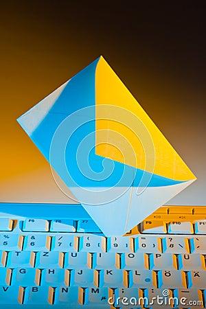 Het toetsenbord en de envelop van de computer. E-mail.