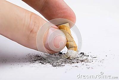 Het uiteinde van de sigaret in een hand